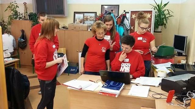 """Wolontariusze """"Szlachetnej paczki"""" w zeszłym roku w Koronowie w czasie ubiegłorocznego finału w Gimnazjum nr 1 mieli pełne ręce roboty. Jak będzie w tym roku? Uda się pomóc 40 rodzinom?"""