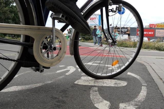 Gdzie jest najwięcej ścieżek rowerowych na Dolnym Śląsku? W liczba bezwzględnych oczywiście we Wrocławiu. Duże miasta górują oczywiście nad mniejszymi gminami.Gdy jednak pod uwagę weźmiemy ilość mieszkańców, zestawienie najlepszych gmin w regionie pod względem długości dróg dla rowerów, będzie prezentowało się zgoła odmiennie. Tutaj Wrocław będzie dopiero 21. A kto jest najlepszy?Oto ranking 15 najlepszych gmin pod względem długości ścieżek rowerowych na 10 tys. mieszkańców. Średnia dla Dolnego Śląska wynosi – 2,59 km na 10 tys. osób. Wrocław ma 3,91 km.