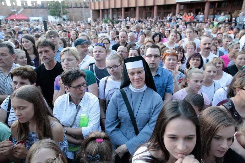 """W czerwcu dla opolskiej katedry zaśpiewała włoska zakonnica Cristina Scuccia, zwyciężczyni """"The Voice of Italy"""". Jej koncert przyciągnął tłumy."""