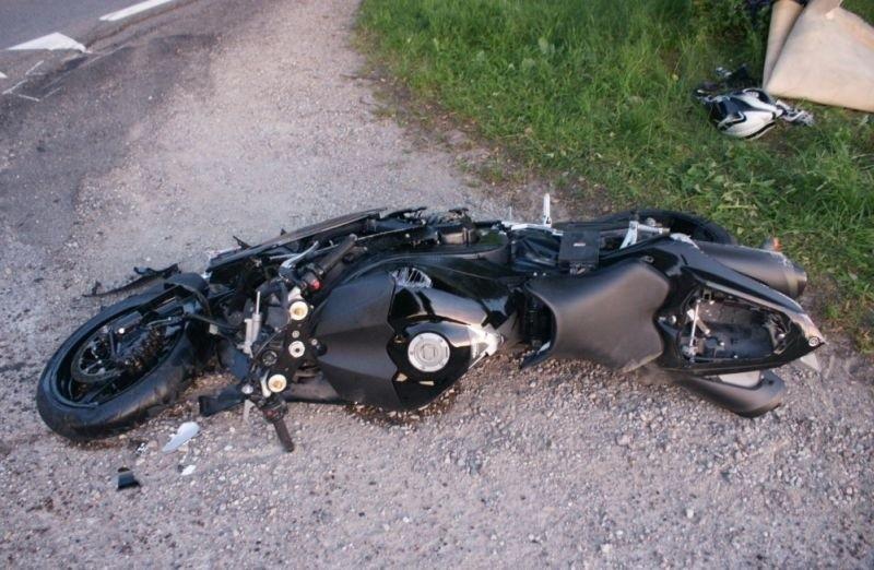 Motocyklista uderzył w ciągnik