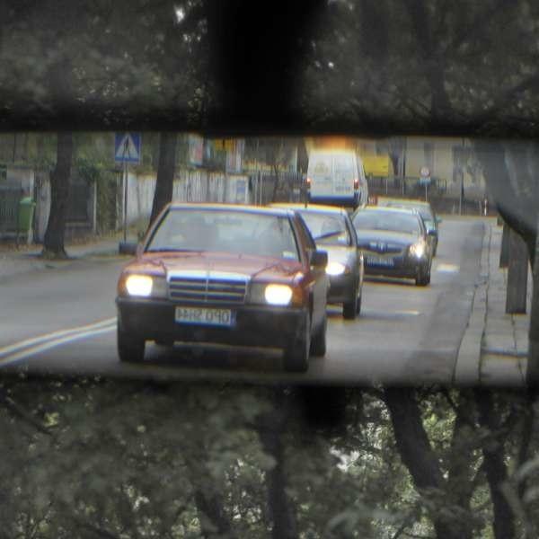 Wsteczne lusterko powinno być tak ustawione, żeby widzieć w nim w całości drogę za samochodem.
