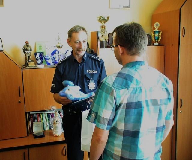Komendant Powiatowy Policji w Inowrocławiu insp. Wiesław Dzierbicki wręczył panu Marcinowi list gratulacyjny oraz upominek.