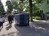 Samochód na boku na Pszczyńskiej. Kierująca bez prawka wezwała na pomoc znajomego... bez uprawnień