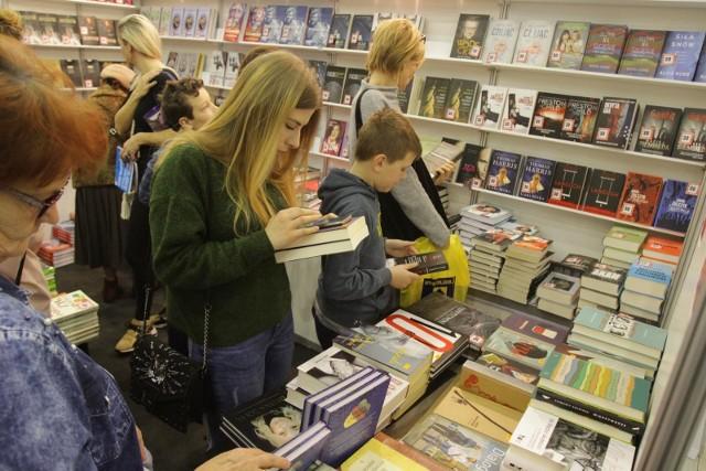 Wirtualne Targi Książki potrwają aż trzy tygodnie. To okazja, by kupić premierowe tytuły taniej, ale także, by spotkać się z ulubionymi autorami - online
