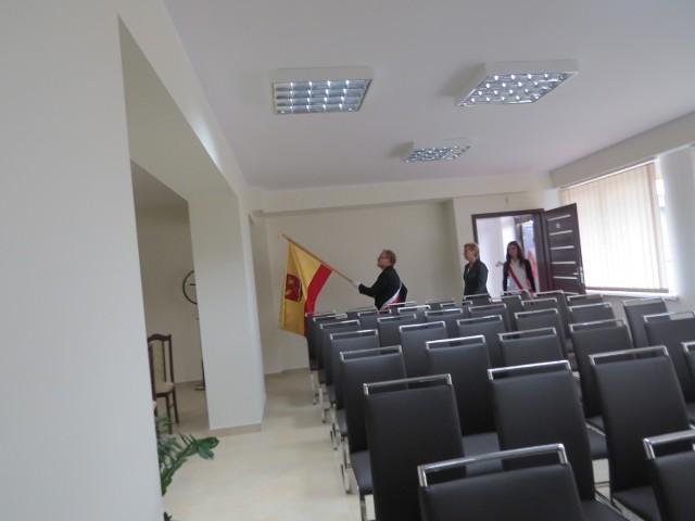 Najpierw do nowej sali obrad w urzędzie wprowadzono sztandar gminy. Chwilę potem wypełniła się gośćmi uroczystości.