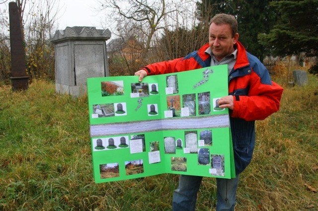 Joachim Konsek prezentuje album zawierający zdjęcia i opisy wszystkich obiektów na prószkowskim cmentarzu ewangelickim.