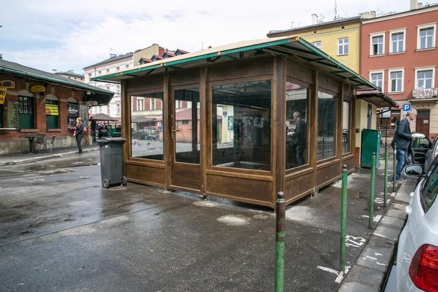 Na placu Nowym pojawił się tajemniczy obiekt wykonany z drewna, z dużymi przeszkleniami