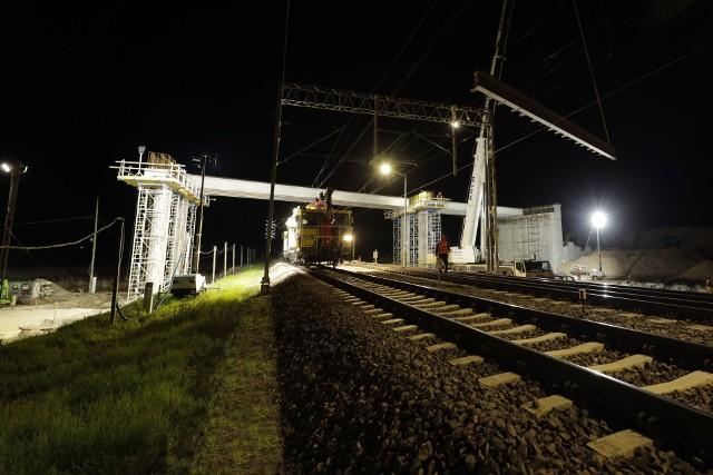 Nowa przeprawa  nad torami linii Warszawa - Białystok zastąpi w Małkini dotychczasowy przejazd kolejowo-drogowy. Zwiększy się poziom bezpieczeństwa w ruchu kolejowym. Wykonawca pracuje nocą, aby nie zakłócać podróży.