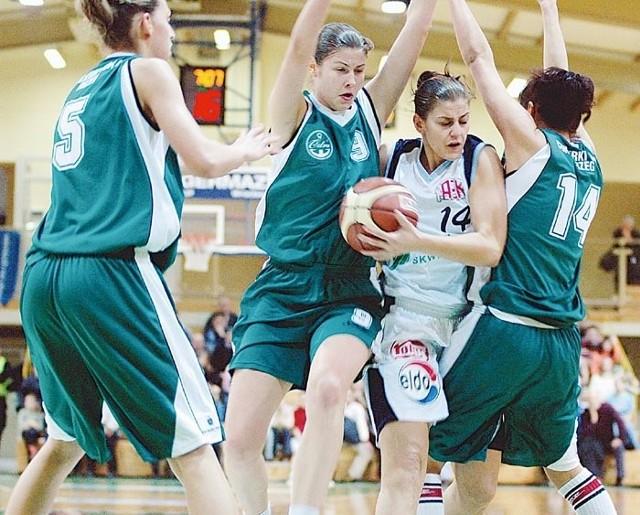 Marta Żyłczyńska (z piłką) forsuje obronę rywalek. Od lewej: Martyna Koc, Małgorzata Babicka i Agnieszka Makowska.