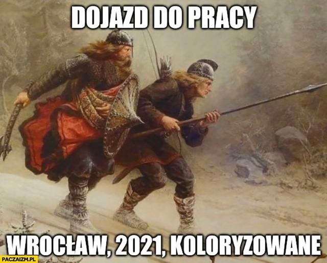 Wrocławska komunikacja, przejazd na Poprzecznej czy ceny mieszkań. Zobaczcie jak internauci humorystycznie komentują bieżące wydarzenia we Wrocławiu na kolejnych slajdach.Zobacz na kolejnych slajdach memy o Wrocławiu - posługuj się myszką, klawiszami strzałek na klawiaturze lub gestami