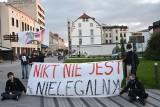 """Opole. Mieszkańcy protestowali przeciwko polityce rządu w sprawie uchodźców. """"W tych lasach umierają ludzie!"""" [ZDJĘCIA]"""