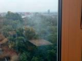 Kraków. Dym unosi się z pałacyku przy parku Jalu Kurka. Interwencje i mandaty nie pomagają