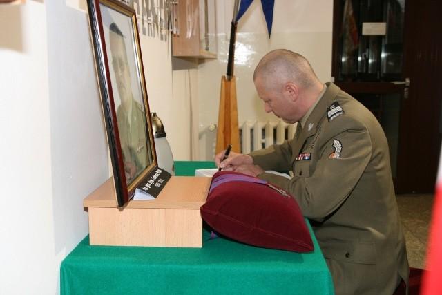 Generał Mirosław Różański wpisuje się do księgi kondolencyjnej poświęconej generałowi Tadeuszowi Bukowi. Może się do niej wpisać każdy. Jest ona wystawiona w sztabie 11. Lubuskiej Dywizji Kawalerii Pancernej w Żaganiu (ul. Traugutta) do soboty - w godz. 8.00-18.00.