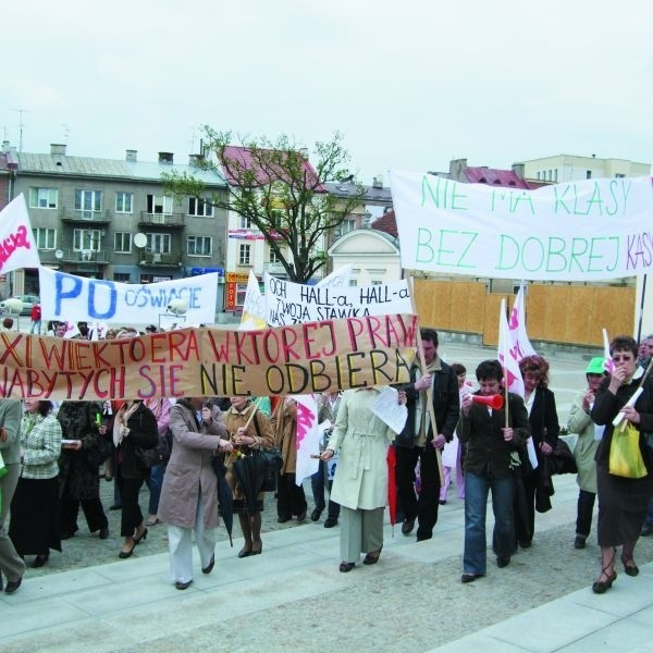 Nauczyciele protestowali w maju. Potem zapowiedzieli strajk na 1 września, ale w czasie wakacji związkowcy zrezygnowali z tego pomysłu. Poczekają do października.