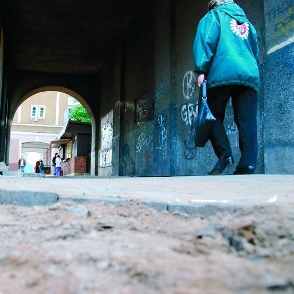 """W przejściach między Rynkiem Kościuszki i ul. Zamenhofa remontu doczeka się jedynie """"miejska część"""" chodnika"""