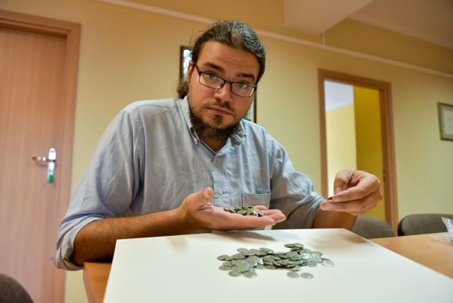 Wykopane monety z czasów Cesarstwa Rzymskiego są autentyczne. Znaleziono je na charakterystycznym wzgórzu nad rzeką Świsłocz. Warte są nawet kilkaset tys. zł. Na zdjęciu Adam Wawrusiewicz, adiunkt w dziale archeologii Muzeum Podlaskiego w Białymstoku