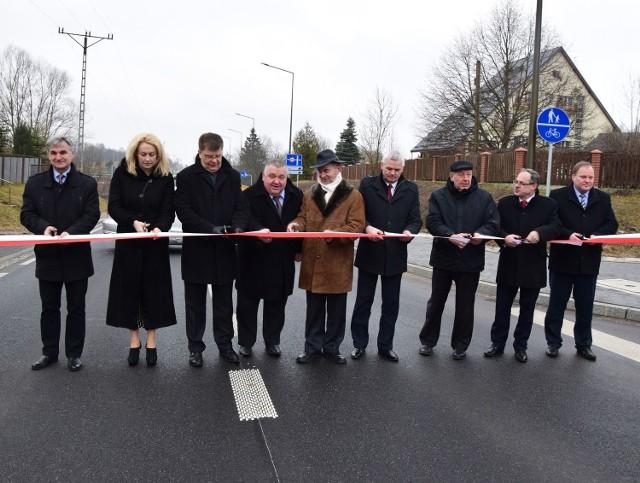 Druga przejezdna jest już od grudnia minionego roku, ale dzisiaj we wsi Krzywe przecięto wstęgę. Inwestycja kosztowała  ponad 130 mln zł. Wzdłuż całej trasy powstała ścieżka rowerowa.