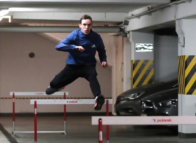 Patryk Dobek podczas garażowego treningu.