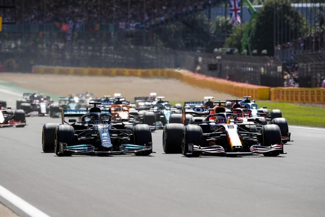 Hamilton najpierw wyrzucił z toru Veerstappena, później Leclerka i wygrał wyścig o Grand Prix Wielkiej Brytanii
