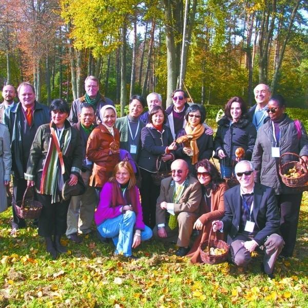Pamiątkowe zdjęcie ambasadorów podczas zwiedzania nadleśnictwa