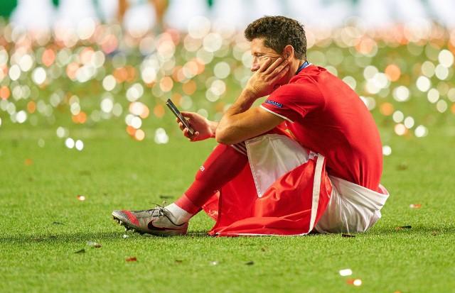 """Znamy już oceny i statystyki wszystkich kart piłkarzy, którzy głosowaniem społeczności zostali wybrani do Drużyny Roku FIFA 21. Wśród wyróżnionych specjalną edycją karty jest Robert Lewandowski. Wszystkie są dostępne w paczkach w trybie Ultimate Team do wtorku do godz. 18. Zobacz, jak prezentuje się Team Of The Year tegorocznej wersji gry EA Sports oraz rezerwowy Leo Messi.Uruchom i przeglądaj galerię klikając ikonę """"NASTĘPNE >"""", strzałką w prawo na klawiaturze lub gestem na ekranie smartfonu"""