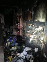 Pożar mieszkania w bloku na Kurdwanowie. Poparzony mężczyzna słaniał się na nogach. Pomogli policjanci