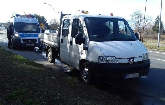 Zielonogórscy policjanci zatrzymali we wtorek, 5 marca, ul. Poznańskiej kierowcę dostawczego peugeota. Powodem była nadmierna prędkość. W trakcie kontroli okazało się jeszcze, że kierowca nie ma prawa jazdy, które zostało mu wcześniej odebrane.Peugeota na polecenie policji z drogi odholowała pomoc drogowa. Koszty holowania spadną na właściciela peugeota.Zobacz też: Wypadek na ulicy Chrobrego Hyundai uderzył w kamienicę