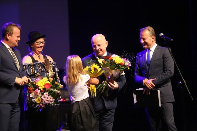 Nagrody artystyczne miasta Sosnowca otrzymali fotograf Joanna Bratko-Lityńska i poeta Zbigniew Teper. Uroczystość wręczenia odbyła się w poniedziałek 10 września 2018