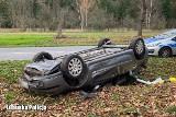Dachowanie koło Bobrowic. Pijany kierowca uciekł do lasu. Miał prawie trzy promile