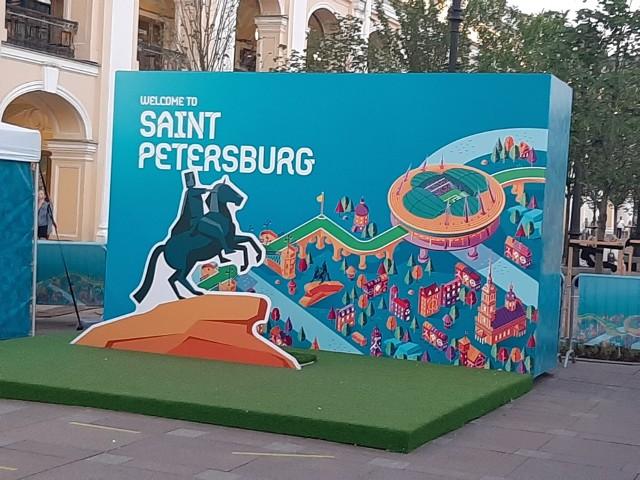 Sankt Petersburg nie miał zbyt wiele czasu na przygotowanie się do organizacji tylu meczów finałów ME 2020. Przed pierwszym spotkaniem w tym mieście organizatorom nie brakowało problemów, między innymi zawiesił się system internetowy UEFA, przez co liczna grupa osób miała problem z wejściem na wybudowany za… miliard euro. Ostatecznie awarię pokonano, a z minuty na minutę organizacja wyglądała coraz lepiej. Po porażce Rosji z Belgią 0:3 gospodarze balowali w centrum Petersburga z kibicami z różnych krajów. Białe noce mają swoje uroki, a o finałach Euro przypominają rozliczne plakaty, sklepowe wystawy. Piłkarska impreza tutaj rozkręca się na dobre, a miejscowym przydałaby się wygrana Sbornej w kolejnym spotkaniu.  Szczegóły na kolejnych slajdachZ Rosji Jaromir Kruk