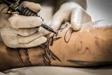 Gdzie tatuaż boli najbardziej? Tatuaże a ból. Jeśli planujesz dziarę w tych miejscach, lepiej to dobrze to przemyśl!