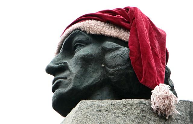 """Na placu Miłośników Astronomii w Grudziądzu, pod pomnikiem  Mikołaja Kopernika, jak co roku uroczyście obchodzono imieniny wybitnego astronoma. Po złożeniu kwiatów i pamiątkowej fotografii wszystkich częstowano tortem czekoladowym podarowanym przez bar """"Flisak"""""""