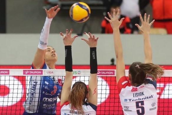 Atakuje Bruna Honorio, najlepsza zawodniczka meczu E.LECLERC MOYA Radomka - Enea PTPS.