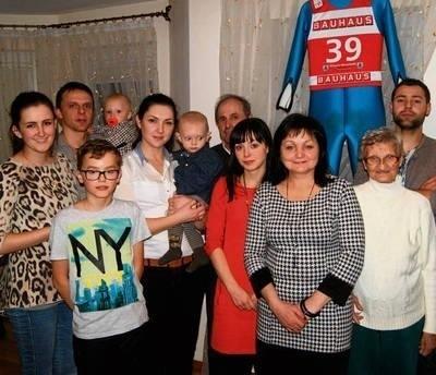 W niedzielę 3. miejsce Jana Ziobry w Pucharze Świata świętowała cała jego rodzina. To m.in. mama Maria (3. od prawej), tata Jan (5. od prawej) i narzeczona Angelika Kowalczyk (pierwsza z lewej) FOT. TOMASZ MATEUSIAK