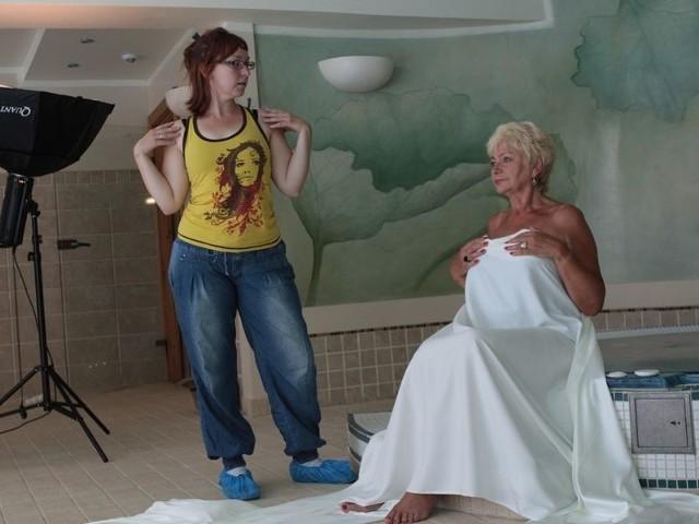 """Ustczanka Alicja Cybulska pozuje Ewie Graniak-Wosinek do zdjęć do kalendarza """"Badam się, więc jestem pewna""""."""
