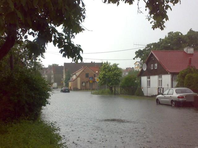 Mieszkańcy domów przy ul. Kossaka z lękiem myślą o jesieni. W czasie ulewnych deszczów ich ulica zmienia się w jezioro.