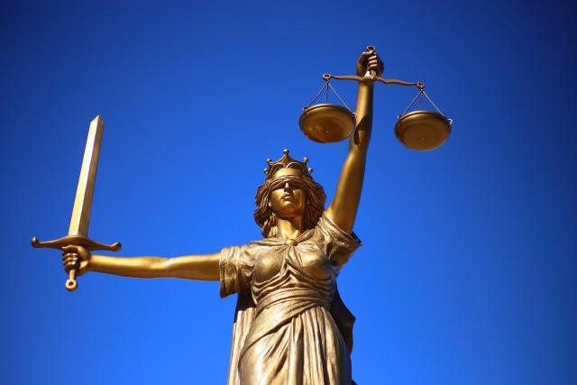 Zaostrzono art. 212 kodeksu karnego dot. przestępstwa pomówienia. Ministerstwo sprawiedliwości tłumaczy, że to dla ochrony sądów, ale prawnicy widzą w tym zagrożenie dla wolności słowa dziennikarzy i internautów.