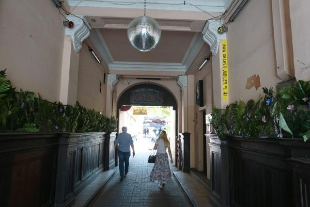Dawną świetność odzyska dobrze znane łodzianom podwórko z kamienicą i dwiema oficynami przy ul. Piotrkowskiej 102 w centrum Łodzi, gdzie mieszczą znane puby, kluby i kawiarnie z Łodzią Kaliską na czele.