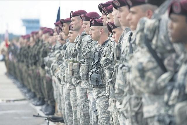 """Od kwietnia w Polsce przebywają """"Sky Soldiers, ze 173 Brygady Powietrznodesantowej (na zdjęciu). W połowie października do Polski przyjadąamerykańscy czołgiści z Teksasu. Będą ćwiczyć z żołnierzami 12. Szczecińskiej Dywizji Zmechanizowanej."""