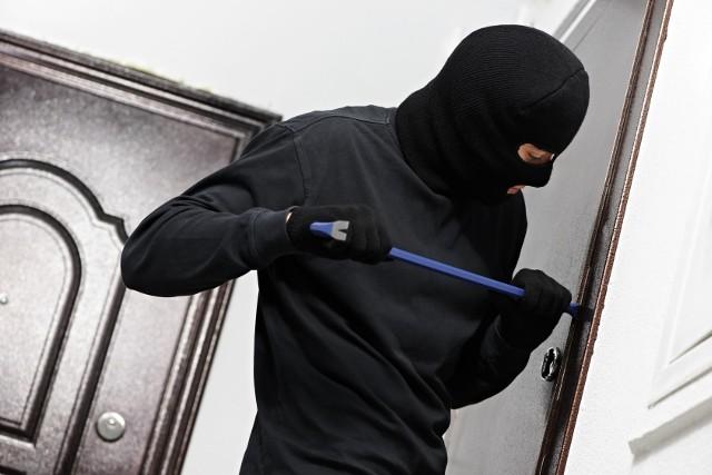 Wlamanie do mieszkaniaŻadne zabezpieczenia nie gwarantują pełnej ochrony przed złodziejami. Dlatego zawsze warto ubezpieczyć znajdujące się w domu lub mieszkaniu mienie.