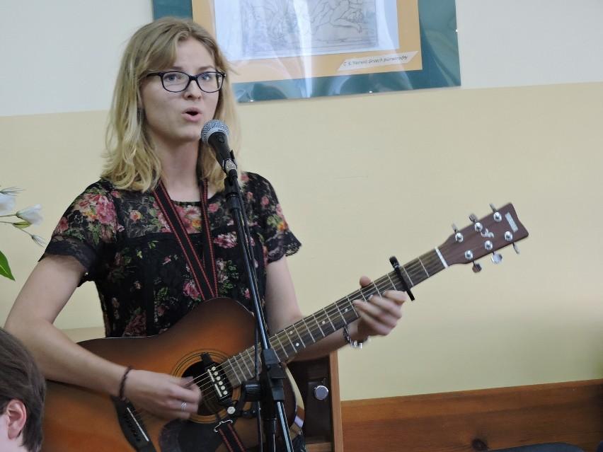 Anna Puławska, uczennica II LO, śpiewa Norwida