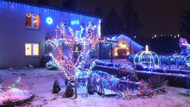 Pięknie rozświetlony dom mieści się przy ul. Oświęcimskiej 52 w Zabrzu Makoszowach.Zobacz kolejne zdjęcia/plansze. Przesuwaj zdjęcia w prawo - naciśnij strzałkę lub przycisk NASTĘPNE