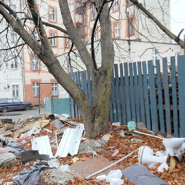 Centrum Torunia - okolice ul. Grudziądzkiej. Nie ma tu kontenerów do segregacji śmieci.