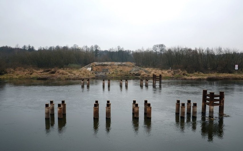 Ostrołęka. Przeprawa tymczasowa zdemontowana. Zakończyła się rozbiórka tymczasowego mostu na Narwi w Ostrołęce