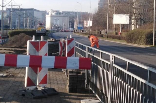 Budowa przejścia dla pieszych na ul. Legnickiej we Wrocławiu.