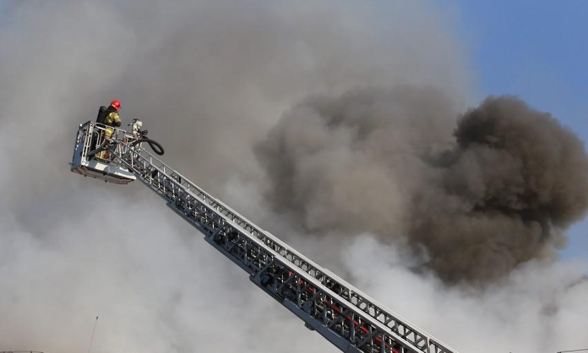 Pożar hali w Chorzowie. Strażacy gaszą ogień...