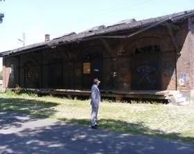 Burmistrz Woźniak oglądał dworzec i stwierdził, że jedyne, co jeszcze nie jest tam zepsute, to zegar. (fot. archiwum)