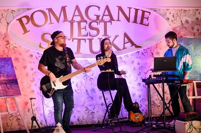 """Podczas koncertu """"Pomaganie jest sztuką""""  wystąpił zespół Kwiatki z Wąbrzeźna. Trwały też licytacje. A wszystko było realizowane na żywo"""