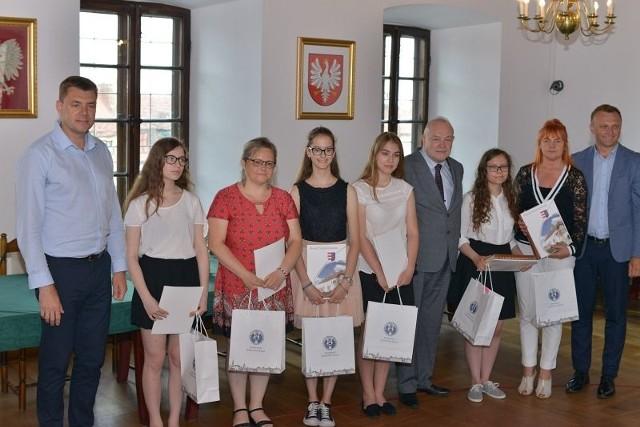 Najlepszym i wyróżnionym uczestnikom konkursu w Ratuszu towarzyszyli z lewej Marcin Marzec, burmistrz Sandomierza i starosta Marcin Piwnik z prawej.