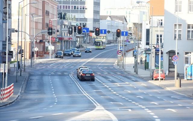Dziś, w dobie koronawirusa jedna z najważniejszych ulic w Zielonej Górze - ul. Bohaterów Westerplatte - świeci pustkami. I dobrze! Przy tej okazji postanowiliśmy sprawdzić, jak trasa zmieniała się przez lata. I dokopaliśmy się do zdjęć sprzed wielu lat...